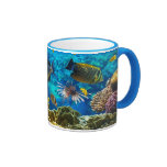 Foto de un pescado tropical en un arrecife de cora taza de café