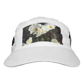 Foto de una cama de flor del blanco y de las gorra de alto rendimiento