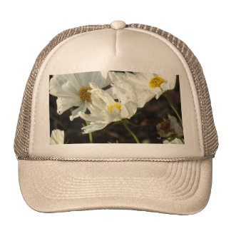 Foto de una cama de flor del blanco y de las gorros bordados