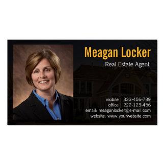Foto del agente inmobiliario con el fondo de la tarjetas de visita