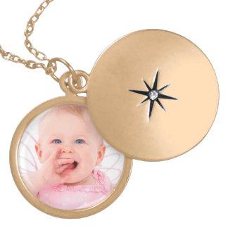 Foto del bebé del personalizar collar con colgante