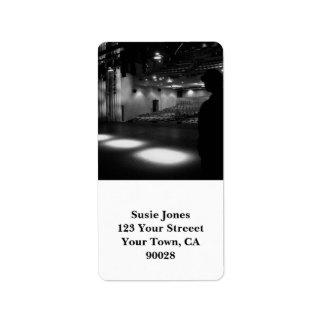 Foto del blanco del negro de la etapa del teatro etiqueta de dirección