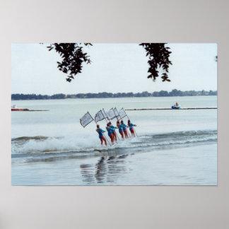 Foto del equipo del esquí acuático de los chicas d póster