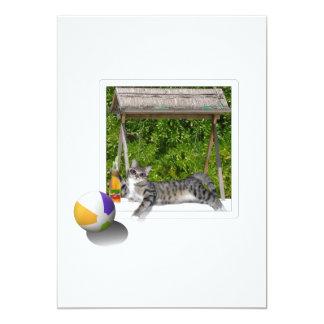 """Foto del gatito de la pelota de playa invitación 5"""" x 7"""""""