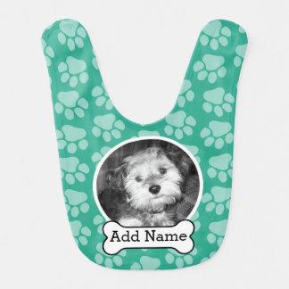 Foto del mascota con verde de las impresiones del babero de bebé