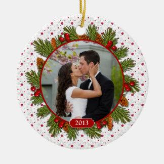 Foto del navidad del acebo de las ramas del pino adorno navideño redondo de cerámica
