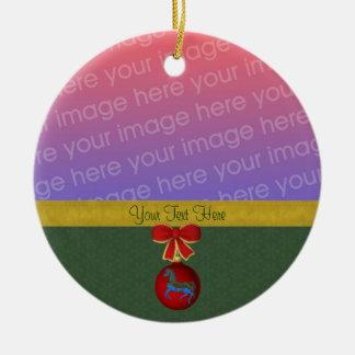 Foto del navidad del caballo del carrusel adorno navideño redondo de cerámica