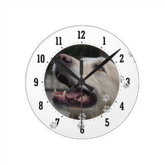 Foto del perro reloj redondo mediano