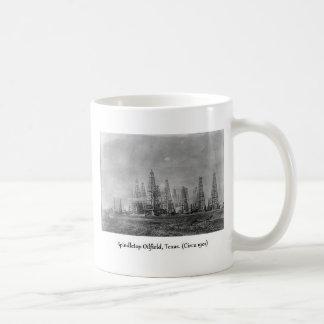 Foto del pozo de petróleo de Spindletop, 1900's. Taza Básica Blanca