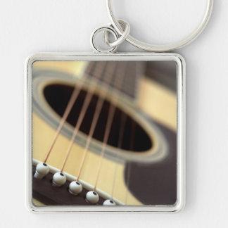 Foto del primer de la guitarra acústica llavero cuadrado plateado
