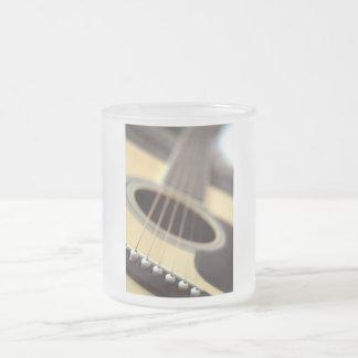 Foto del primer de la guitarra acústica tazas de café