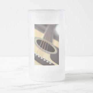 Foto del primer de la guitarra acústica taza de café