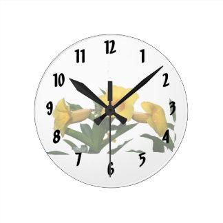 Foto del recorte de las flores de trompeta amarill reloj redondo mediano