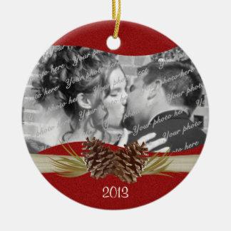 Foto del rojo de Pinecones del arbolado Adornos De Navidad