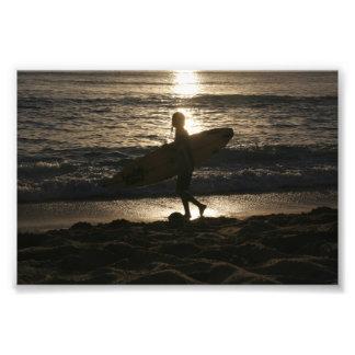 Foto del silhoutte de la persona que practica surf cojinete