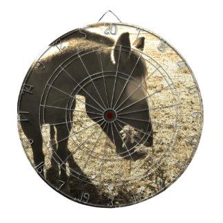 Foto del tono de la sepia del caballo marrón con l tabla dardos