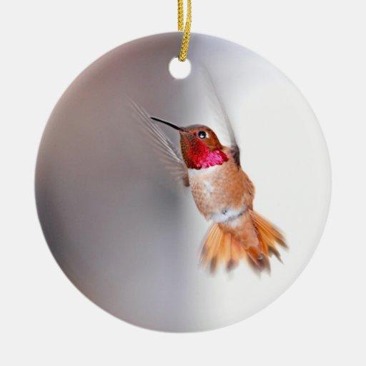 Foto del vuelo del colibrí adorno navideño redondo de cerámica