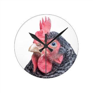 Foto divertida de la gallina del pollo que frunce  reloj redondo mediano