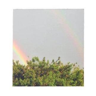 Foto doble del arco iris con el cielo y los árbole bloc de papel