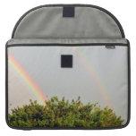 Foto doble del arco iris con el cielo y los árbole fundas macbook pro