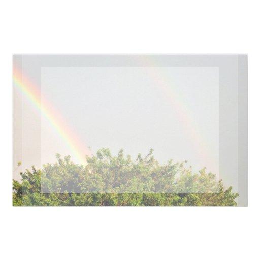 Foto doble del arco iris con el cielo y los árbole papeleria personalizada