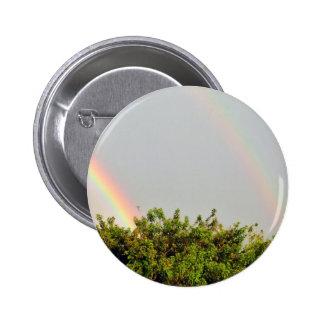Foto doble del arco iris con el cielo y los árbole pin redondo 5 cm