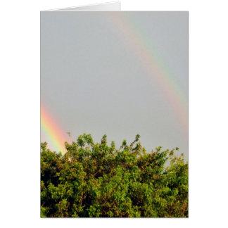 Foto doble del arco iris con el cielo y los tarjeta de felicitación