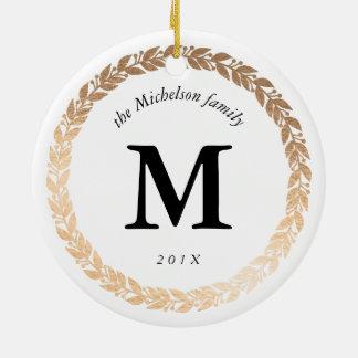 Foto elegante de la guirnalda del oro y blanco con adorno navideño redondo de cerámica
