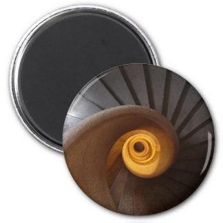 Foto espiral oscura de las escaleras imán redondo 5 cm