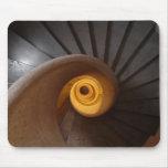 Foto espiral oscura de las escaleras tapetes de ratón