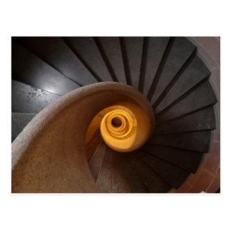 Foto espiral oscura de las escaleras tarjetas postales
