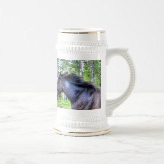 Foto excelente negra corriente del caballo de jarra de cerveza