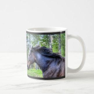 Foto excelente negra corriente del caballo de taza clásica