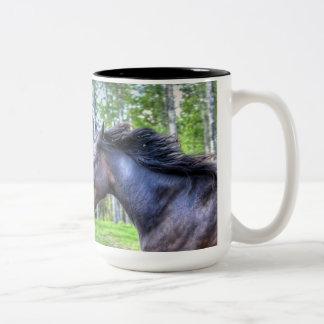 Foto excelente negra corriente del caballo de taza de dos tonos