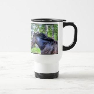 Foto excelente negra corriente del caballo de taza de viaje