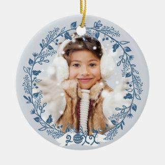 Foto festiva del follaje del día de fiesta adorno navideño redondo de cerámica