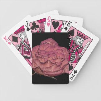 Foto floral de la flor color de rosa rosada mojada barajas de cartas