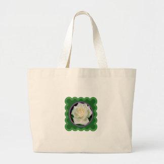 Foto floral de la flor elegante del rosa blanco en bolsa tela grande
