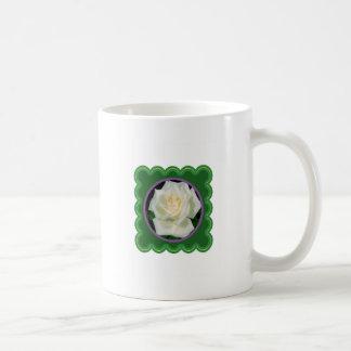 Foto floral de la flor elegante del rosa blanco en taza