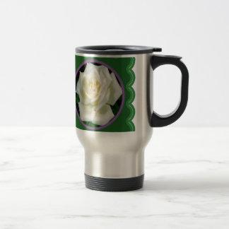 Foto floral de la flor elegante del rosa blanco en taza térmica