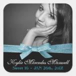 Foto grande del dulce 16 con la cinta azul linda pegatina cuadrada