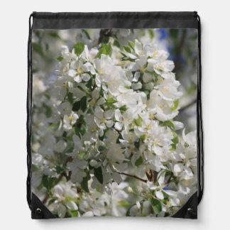 Foto hermosa de la naturaleza del flor blanco de mochilas