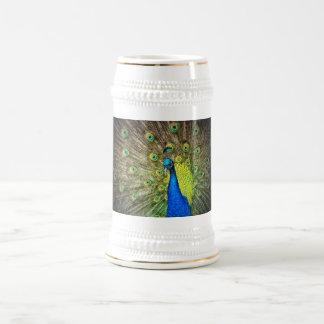 Foto hermosa del pavo real jarra de cerveza