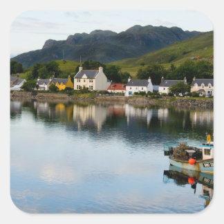 Foto hermosa del pequeño pueblo de Dornie con Calcomanías Cuadradass Personalizadas