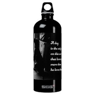 Foto inspirada blanco y negro del perro botella de agua