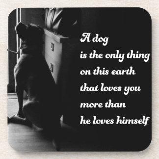 Foto inspirada blanco y negro del perro posavaso