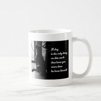 Foto inspirada blanco y negro del perro taza de café