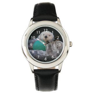 Foto juguetona de las nutrias de mar relojes