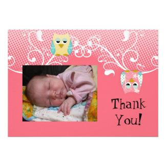 Foto linda caprichosa del bebé de los búhos del bú comunicado