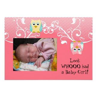 Foto linda caprichosa del bebé de los búhos del bú invitacion personal